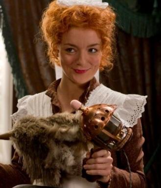 No filme, a empregada Molly limpa um vibrador.