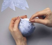 Envolva o tecido na bola com alfinetes.