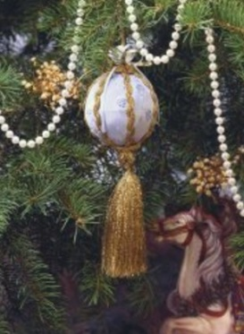 No final, foram amarrados diversos fios dourados na parte debaixo da bola (isso é opacional). E está pronta!
