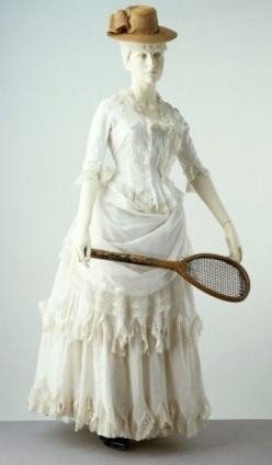 Vestido de verão de 1885, feito de algodão. Considerado adequado para atividades ao ar livre, como tênis e críquete.