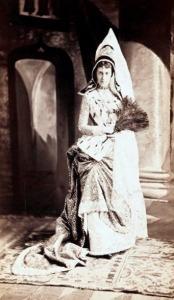 Srta. Edith Fish foi fantasiada de Margaret (ou Maria), Duquesa da Borgonha.