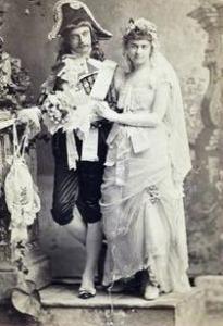 Diversas pessoas foram vestidos de franceses do século 17, como esse casal.