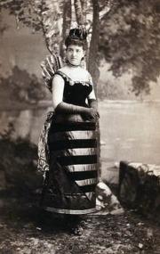 A cunhada de Alva foi fantasiada de abelha.