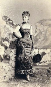 """A srta. Bessie Webb foi com um clássico: vestido de """"demônia"""", com vestido vermelho de cetim e pequenos chifres."""