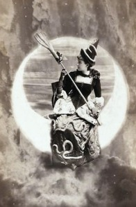 Uma jovem desconhecida fantasiada de bruxa.