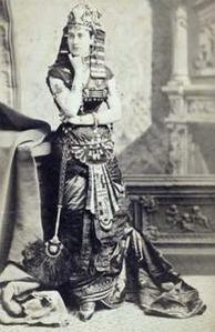 Uma jovem desconhecida fantasiada de egípcia.
