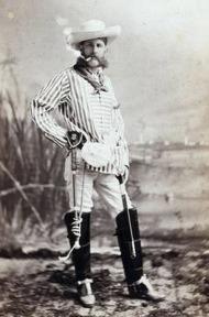 Homem desconhecido fantasiado de caúboi americano.
