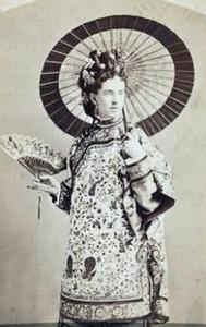 Uma jovem desconhecida fantasiada de chinesa.