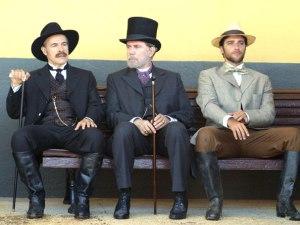 O Barão de Araruna (Osmar Prado), Dr. Frontes (Reginaldo Faria) e Ricardo (Bruno Gagliasso)
