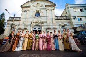 Atrizes posam para foto em frente à capela da Beneficência Portuguesa, em Pelotas, durante filmagem.