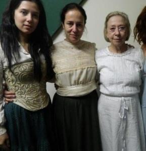 Três atrizes que vivem a personagem Bibiana ao longo da vida, Marjorie Estiano, Janaína Kremer e Fernanda Montenegro.