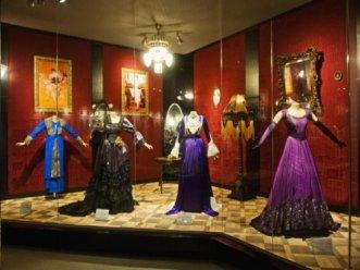 Infelizmente, poucos vestidos da coleção são do século XIX.
