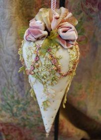 Cones feitos de papel recheados com doces.