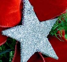 Estrelas de papel pintadas com tinta prateada e glitter