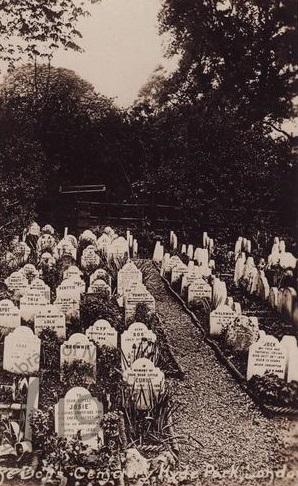 Fotografia do cemitério no século XIX. Para visitar o cemitério, é preciso pagar a entrada de £50 para um grupo de 6 pessoas.