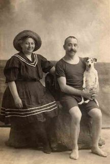 Casal na praia, com seu cachorro (foto tirada em estúdio). Final do século XIX.