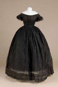 Vestido de seda negra, provavelmente de luto, 1850.