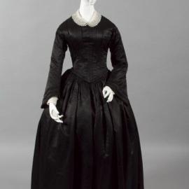 Vestido de luto de cetim, australiano, 1857.
