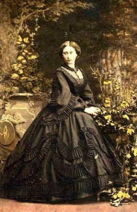 Mulher em 1860, provavelmente de luto. Foto colorida digitalmente.