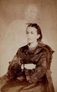 A sra. Conand com o fantasma de seu irmão Charles H. Crowell. Por volta de 1868.