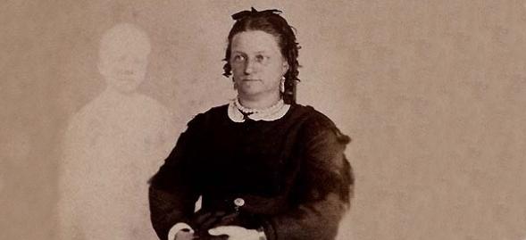 A sra. French de Boston com o espírito de seu filho. Por volta de 1868.