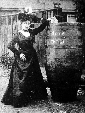 Annie posa para uma foto com o barril e o gato. 1901.