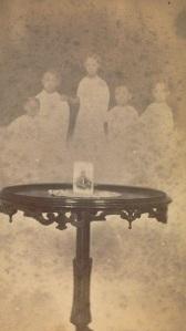 Cinco espíritos atrás de uma mesa. Entre 1862-1875.