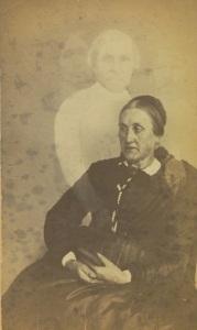 Mulher idosa não-identificada com três espíritos no fundo. Por volta de 1862-1875.