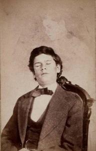 O sr. Herrold em transe, com seu espírito atrás dele. Por volta de 1868.