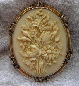 Camafeu francês de marfim, mostrando um buquê de flores. 1860-1870.