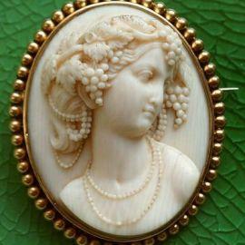 Camafeu francês de marfim, entre 1840-1860, mostrando a Deusa Flora.
