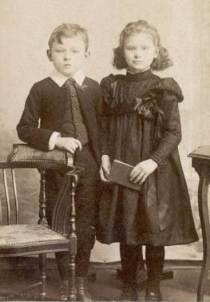 Crianças com suporte. A tecnologia não permitia que a mão segurasse algum objeto depois de mortos.