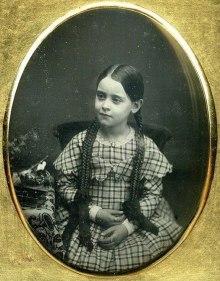 Fotografia de uma jovem desconhecida, entre entre 1840-1860). Mãos escuras não significam nada.
