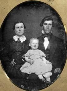 Apesar de eu admitir que a cabeça da mãe tem um formato bem distinto, a criança não está morta.
