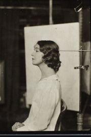 Atriz Lillian Gish posa com um 'suporte para a cabeça', mas não porque ela estivesse morta, mas para mostrar uma técnica de fotografia.