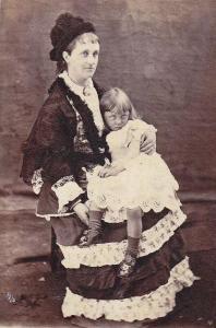 Mãe e sua filha. Os olhos extremamente claros da menina a deixam com um olhar bem assustador.