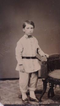 Mais um garotinho vivo, em uma fotografia no estilo de Ted Lincoln.