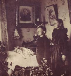 Irmãos com sua irmã morta. Fotografia de Paul Frecker.