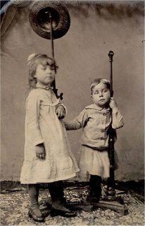 Crianças com suporte. A menina estava tão viva que até saiu 'borrada' na foto.