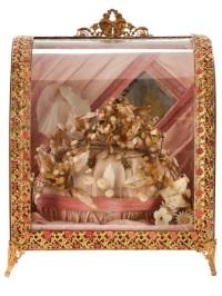 Globo em forma de caixa do início do século 20, com um espelho central e flores.
