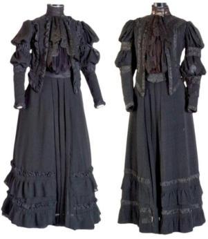 O vestido original (à direita) e sua réplica
